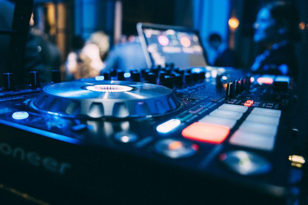 DJ para Bodas en Sevilla. Música en Directo para bodas y eventos. Alquiler y montaje de equipos de música y sonido en Sevilla.