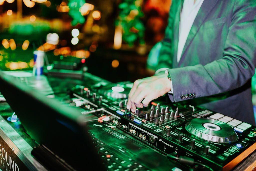 DJ para bodas en Sevilla pinchando en directo.